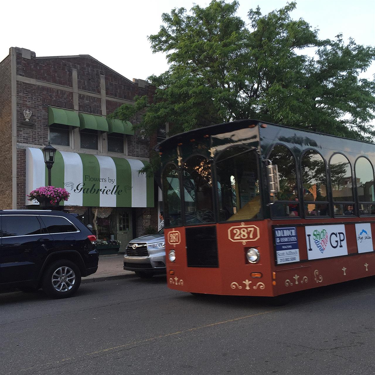 Grosse Pointe's K-Line trolley in action ~ Grosse Pointe Farms, Michigan #LeadingRElocal #GrossePointe #Michigan