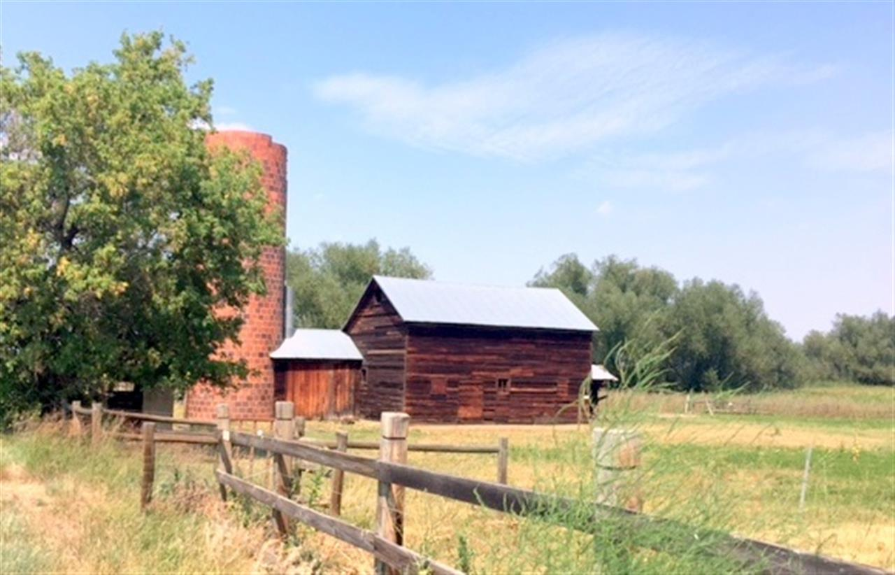 Old red barn along Cherryvail Rd in Boulder.