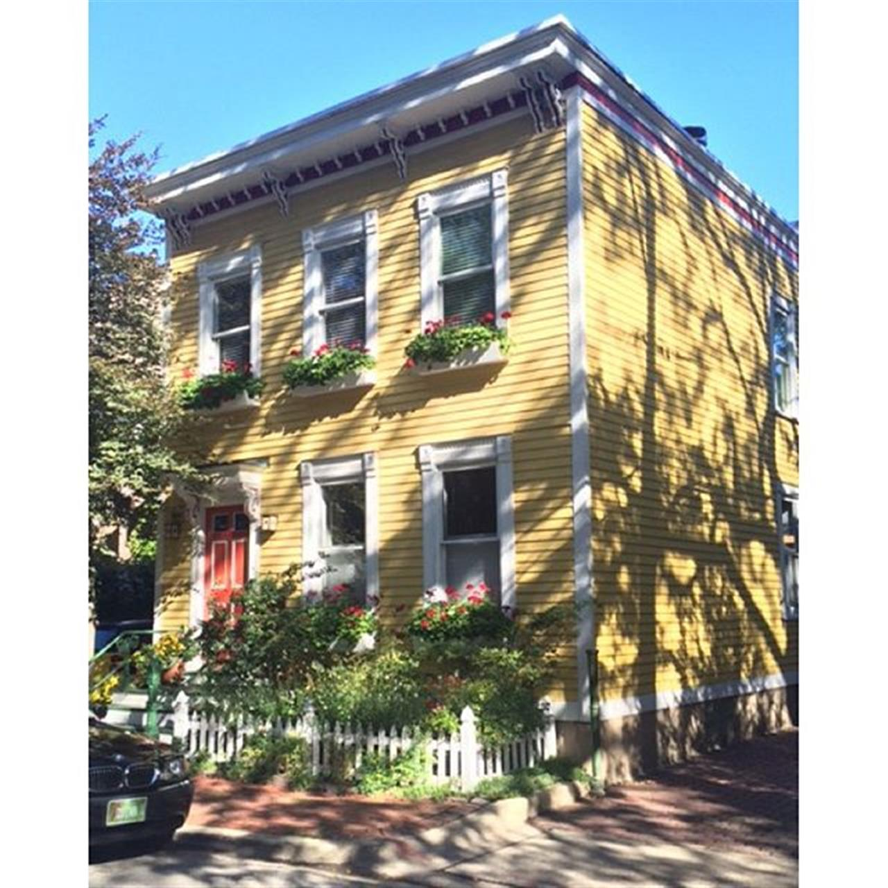 Old town homes #chicago #oldtown #lincolnpark #leadingrelocal #gardens