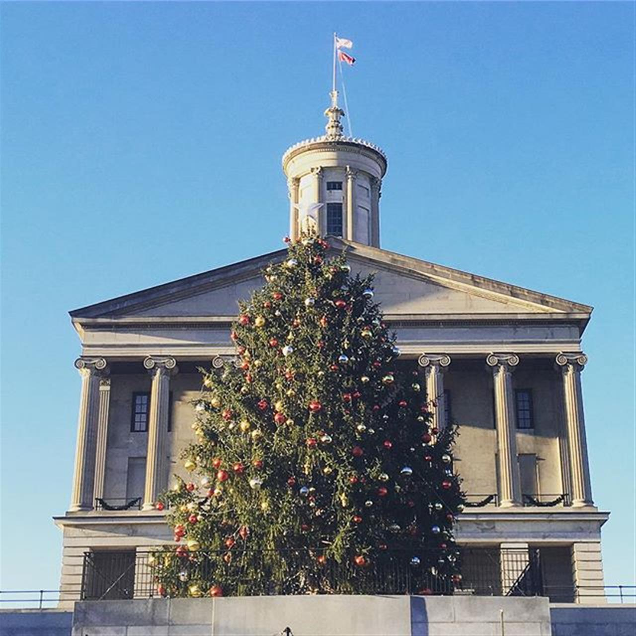 The Christmas tree at the State Capitol Building is officially up! ?? #leadingrelocal #parksrealty #statecapitol #downtownnashville