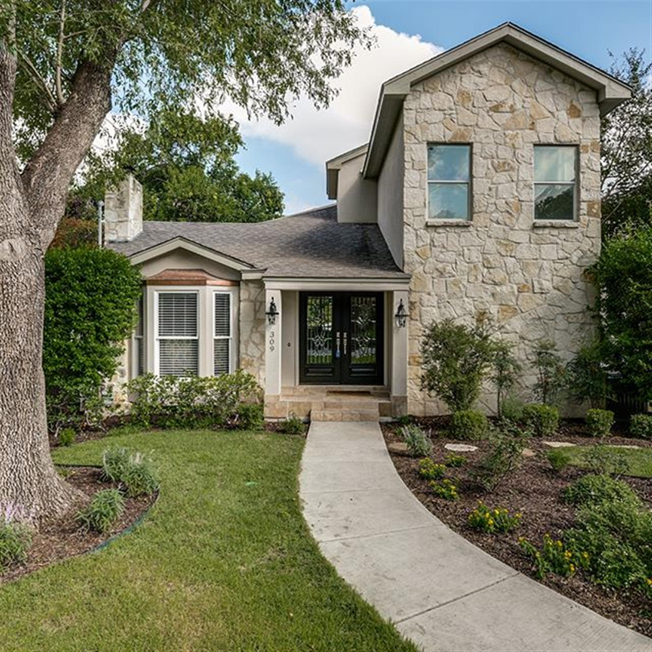 Luxury of The Day: 309 Corona Ave., listed @kristinkellum_realtor. Located in the heart of the #AlamoHeights Cottage District, this updated 1930s home pairs historical charm with the convenience of modern amenities.
