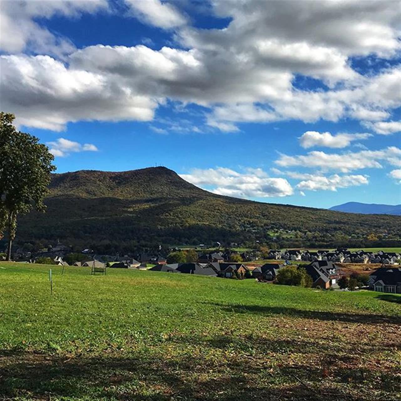 Afternoon views! #massanutten #virginia #shenandoahvalley #crossroadsfarm #leadingrelocal #harrisonburg
