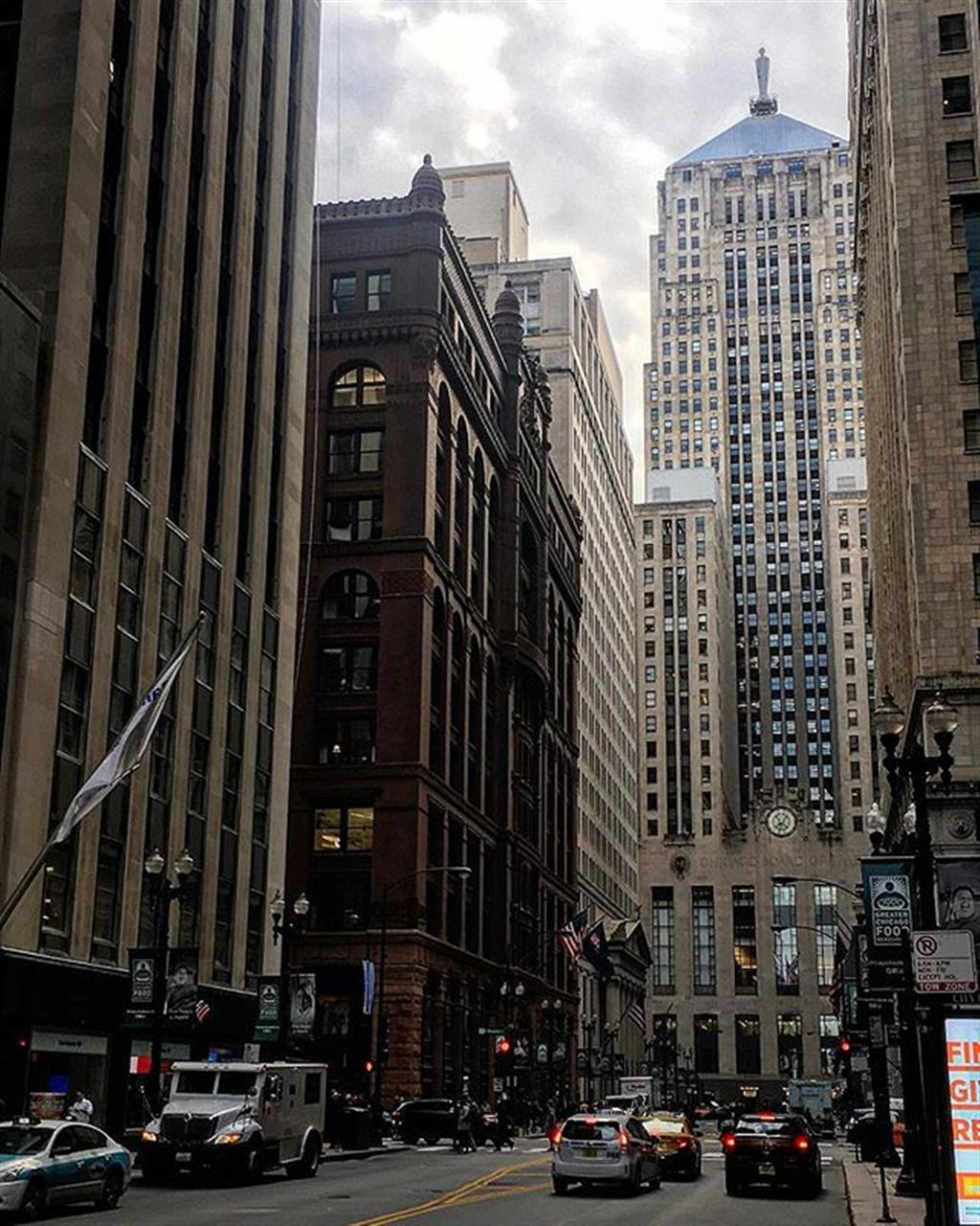Icons and original skyscrapers along Chicago's historic LaSalle St. #chicago #loop #lasalle #boardoftrade #rookery #burnham #architecturephotography #leadingrelocal #bairdwarner #realestate #warmfall