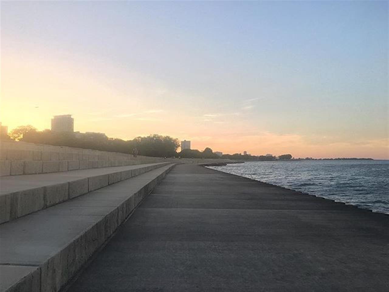 #Chicago #citybythelake #lakemichigan #sunset #lakefronttrail #leadingrelocal #bairdwarner #realestate