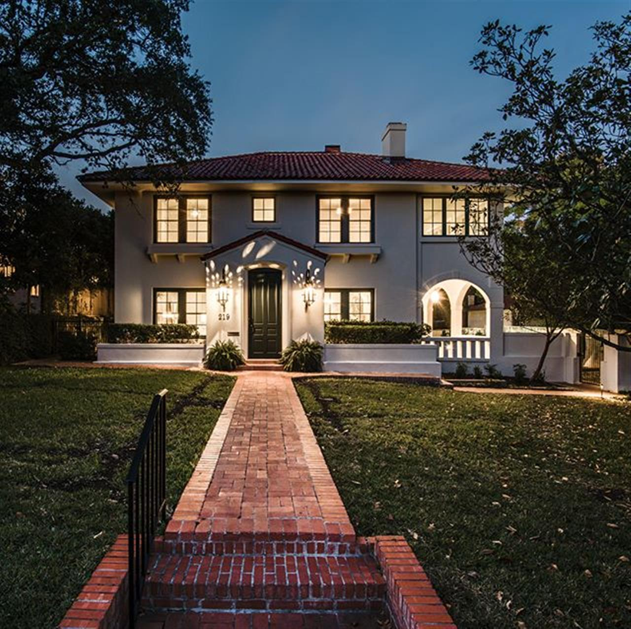Luxury of the Day: 219 Argyle Ave. in #AlamoHeights. This beautifully restored Spanish Mediterranean-style home has been remodeled to meet the needs of the 21st century lifestyle.