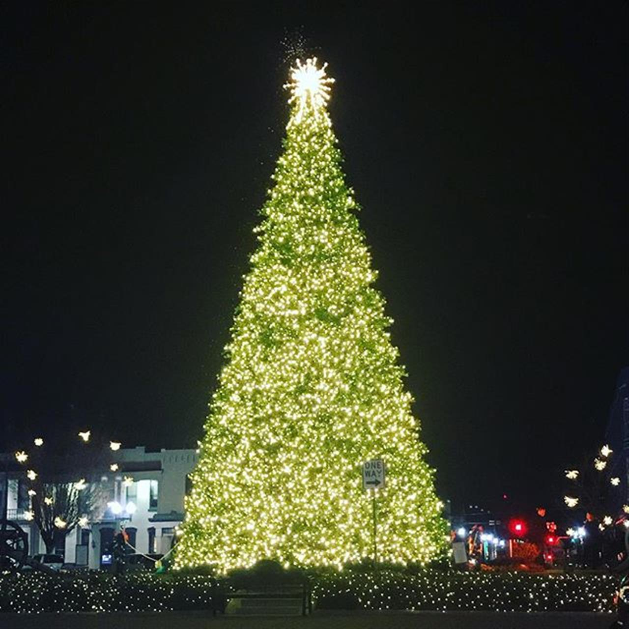 Which Tennessee town has the best Christmas tree? Tag us in your photos!  #MerryChristmas #TennesseeChristmas #ParksRealty #LeadingRe #Franklin #LeadingRELocal