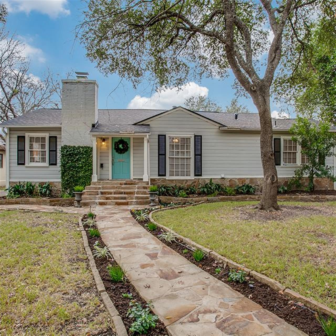 LUXURY OF THE DAY: 428 Canterbury Hill St. in #TerrellHills. This single-story home is situated on a lovely tree-lined street in the heart of Terrell Hills. #TheVeryBest