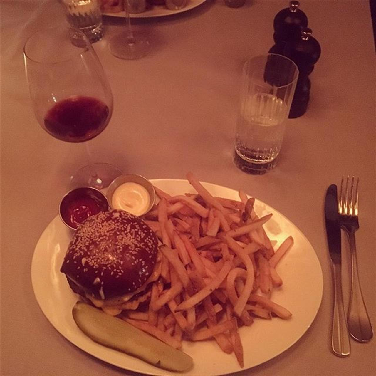 Everything about this burger has us planning a trip back. #chicago #burger #8bar #mapleandash #fries #wine #sesameseedbun #tuscanwine #pickles #ranchtriangle #goldcoast #neighborhood #eatlocal #leadingrelocal #livelocal #bairdwarner #realestate