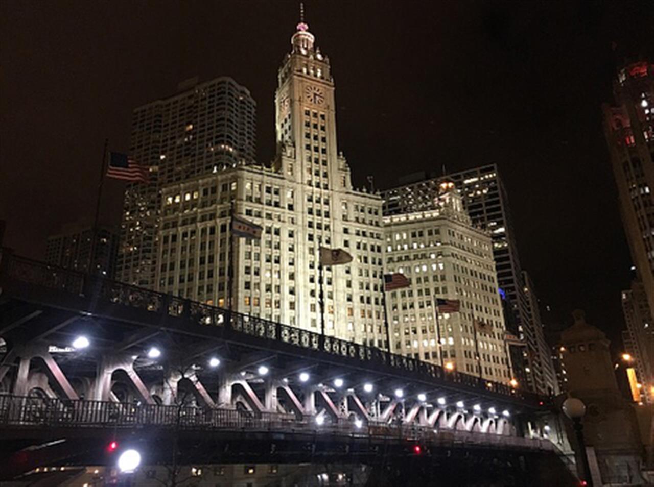This weather, right? Perfect for an evening walk along the #ChicagoRiver #chicago #riverwalk #evening #wrigleybuilding #merchandisemart #bridge #architecturephotography #nightshot #leadingrelocal #bairdwarner
