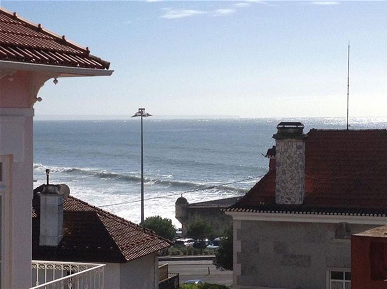 Viva num fabuloso apartamento, a 2 minutos da praia do Estoril. Saiba tudo em: www.ins.pt | Ref. AC863 #insrealestateportugal #leadingrelocal #estoril #portugal #apartment #beach