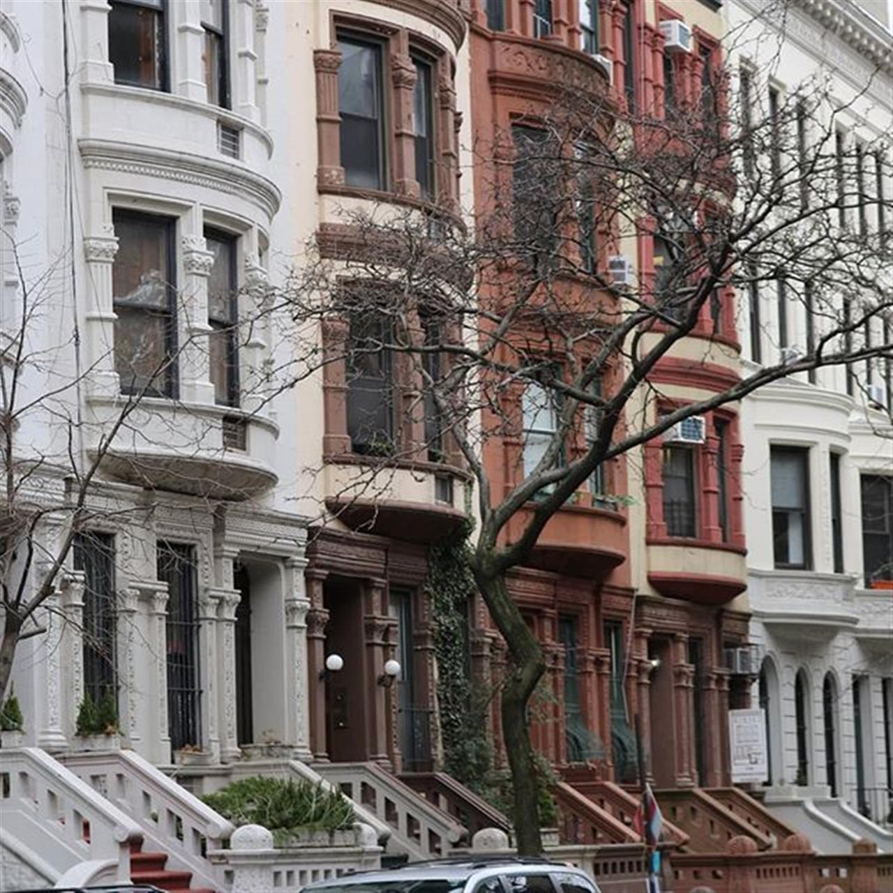#upperwestside #nycstreets #nyclifestyle #Exploreyourhood #leadingrelocal #houses #nychouses #trees #nyc #townhouses #nycarchitecture